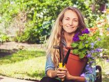 Vrouw die bij tuin werken stock foto's