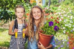 Vrouw die bij tuin werken royalty-vrije stock foto