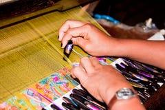 Vrouw die bij wevend weefgetouw werkt royalty-vrije stock foto's