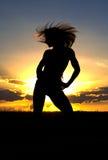 Vrouw die bij zonsondergang uitoefent Royalty-vrije Stock Foto's
