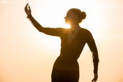 Vrouw die bij zonsopgang dansen Royalty-vrije Stock Afbeelding