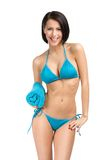 Vrouw die bikini dragen en handdoek houden Stock Foto's