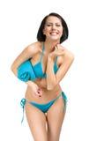 Vrouw die bikini dragen en handdoek overhandigen Royalty-vrije Stock Afbeelding