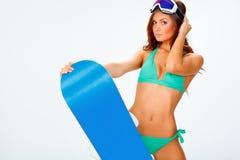 Vrouw die bikini dragen en snowboard Royalty-vrije Stock Foto's
