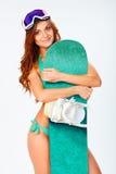 Vrouw die bikini dragen en snowboard Royalty-vrije Stock Afbeelding