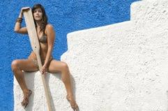 Vrouw die in bikini op haar boot wacht Stock Foto's