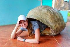 Vrouw die binnen lege reuze de schildpadshell van de Galapagos bij s liggen royalty-vrije stock fotografie
