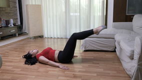 Vrouw die binnen thuis het doen aerobics voor voeten het stemmen uitoefenen stock video