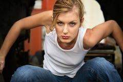 Vrouw die binnen vrachtwagen buigt royalty-vrije stock fotografie