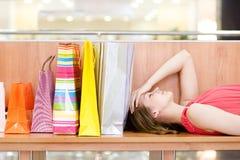 Vrouw die binnenwinkelcentrum ontspannen Royalty-vrije Stock Foto's