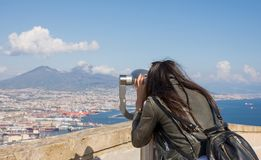Vrouw die binoculair in werking gesteld muntstuk bekijken stock afbeelding
