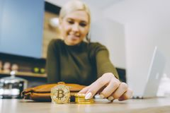 Vrouw die bitcoin handel drijven stock afbeelding