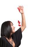 Vrouw die bloemblaadjes werpt royalty-vrije stock foto's