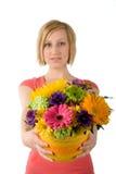 Vrouw die bloemboeket aanbiedt Royalty-vrije Stock Foto's