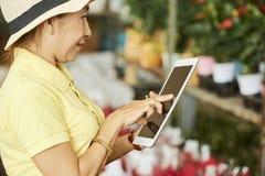 Vrouw die in bloemwinkel werken royalty-vrije stock foto's
