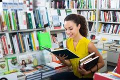 Vrouw die boek bekijken stock foto