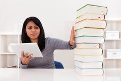 Vrouw die Boeken vermijden en Tablet gebruiken stock fotografie