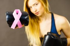 Vrouw die bokshandschoenen dragen die roze lint hebben Royalty-vrije Stock Afbeeldingen