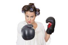 Vrouw die bokshandschoenen zelf leren dragen - defensie Royalty-vrije Stock Foto