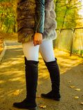 Vrouw die bont lang vest dragen tijdens de herfst royalty-vrije stock afbeeldingen