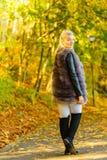 Vrouw die bont lang vest dragen tijdens de herfst stock afbeeldingen
