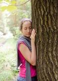 Vrouw die boom omhelzen Royalty-vrije Stock Afbeeldingen