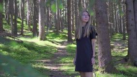 Vrouw die in bos loopt stock footage
