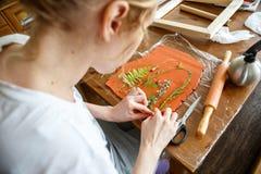 Vrouw die botanisch pleisterkunstwerk in haar huisstudio maken royalty-vrije stock fotografie
