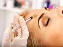 Vrouw die botox injecties geven. Stock Foto's