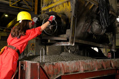 Vrouw die in bouwnijverheid werkt Stock Afbeeldingen