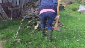 Vrouw die brandhout controleren stock footage