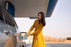 Vrouw die brandstof op het benzinestation toevoegen royalty-vrije stock fotografie