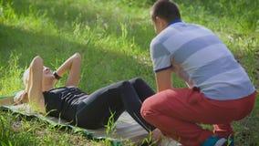 Vrouw die buikabs persoefening in het park doen stock video