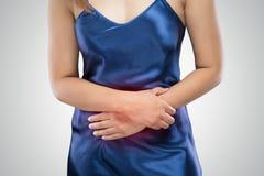 Vrouw die buikpijn, maagpijn of menstruele klemmen hebben stock foto's