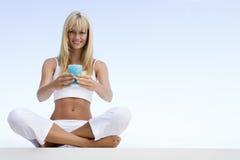 Vrouw die buiten mediteert stock afbeelding