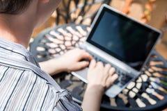 Vrouw die buiten met Laptop/Bedrijfstablet met Toetsenbord aan een Metaallijst werken stock afbeeldingen
