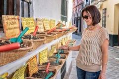 Vrouw die bulktheebladen kopen stock afbeeldingen