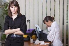 Vrouw die in bureau schreeuwt Stock Foto's