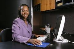 Vrouw die in bureau werkt Stock Foto's