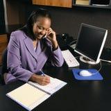 Vrouw die in bureau werkt Royalty-vrije Stock Foto's