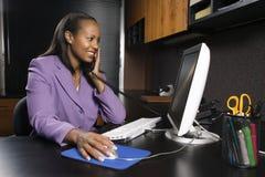 Vrouw die in bureau werkt Royalty-vrije Stock Fotografie