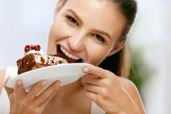 Vrouw die cake eet Mooi Vrouwelijk het Eten Dessert stock foto