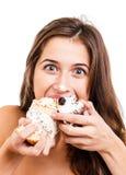 Vrouw die cake eten Stock Afbeeldingen