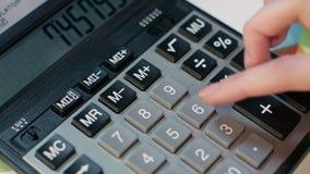 Vrouw die Calculator gebruikt Bedrijfsboekhouding en de berekening van de geldwinst stock footage