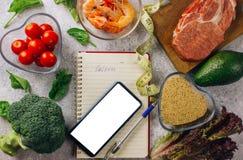 Vrouw die calorie tegentoepassing op haar smartphone gebruiken stock foto