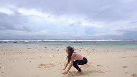 Vrouw die cardiooefening op het strand voor overzees opleiden Gymnastiek- ochtend stock videobeelden