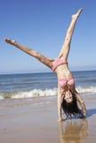 Vrouw die Cartwheel draaien op Strandvakantie stock foto