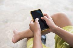 Vrouw die cellphone gebruiken bij openlucht Stock Fotografie