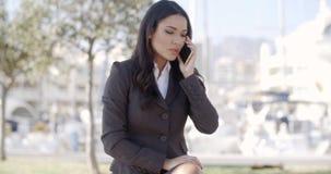 Vrouw die Cellphone op de Straat spreken stock footage