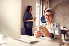 Vrouw die celtelefoon bekijken op pauze royalty-vrije stock foto